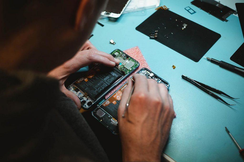Skicka in din iPhone på reparation eller laga den själv?